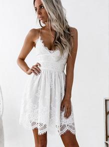 277cfb9555226e1 Еще один тренд 2018 – «бельевое» кружево белых и пастельных оттенков.  Выбирайте красивые белые летние платья для создания нежного образа.